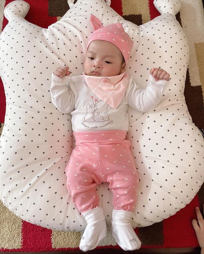 Con gái cầu thủ Bùi Tiến Dũng mới 2 tháng tuổi nhưng đã diện đồ hiệu đầy người: Rich kid là đây chứ đâu - Ảnh 4.