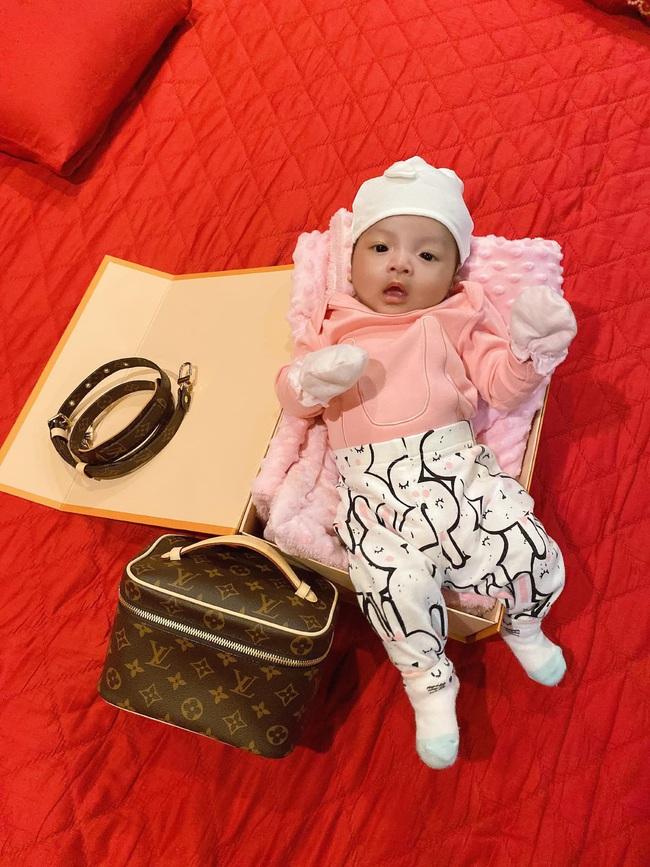 Con gái cầu thủ Bùi Tiến Dũng mới 2 tháng tuổi nhưng đã diện đồ hiệu đầy người: Rich Kid là đây chứ đâu - Ảnh 5.