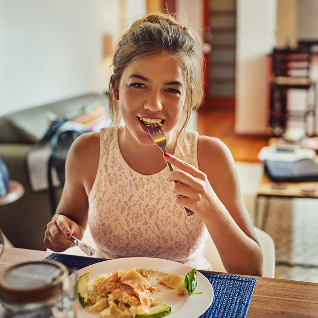 4 tips giúp bạn ăn ít đi, áp dụng từ giờ thì không lo phát tướng sau Tết, có khi còn gầy hẳn - Ảnh 4.