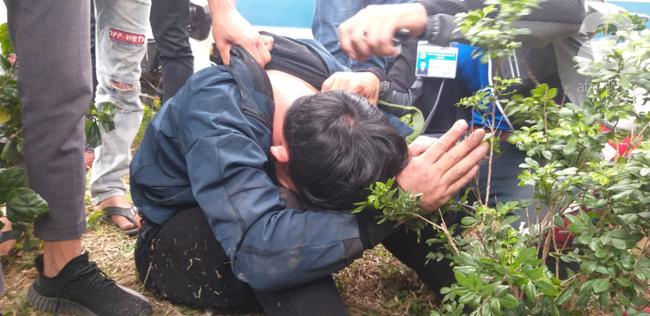 Hà Nội: Nam thanh niên quỳ lạy khi bị tóm vì trộm xe máy xong đi ngược chiều - Ảnh 2.
