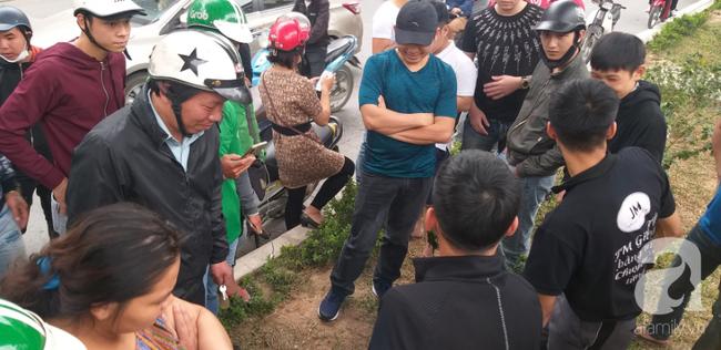Hà Nội: Nam thanh niên quỳ lạy khi bị tóm vì trộm xe máy xong đi ngược chiều - Ảnh 3.