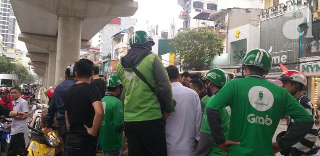 Hà Nội: Nam thanh niên quỳ lạy khi bị tóm vì trộm xe máy xong đi ngược chiều - Ảnh 4.