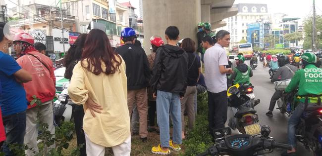Hà Nội: Nam thanh niên quỳ lạy khi bị tóm vì trộm xe máy xong đi ngược chiều - Ảnh 7.