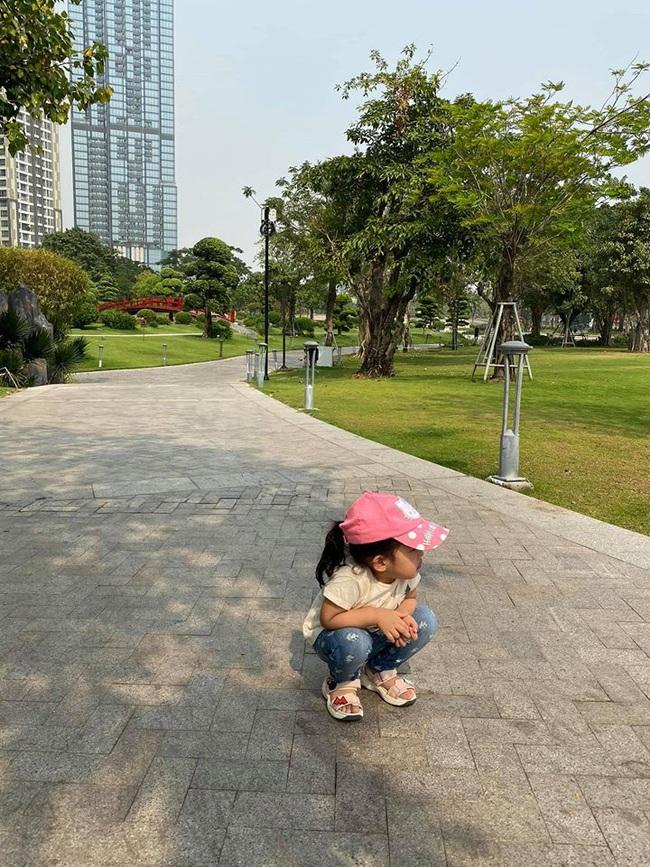Cuối tuần của các hot mom: Hằng Túi thương bé út Sam Sam lại sắp làm chị, Thanh Vân Hugo đằm thắm giữa vườn đào Tết - Ảnh 9.