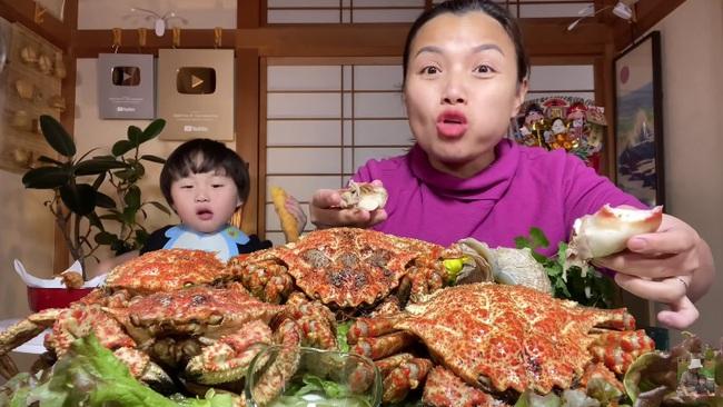 """Quỳnh Trần JP làm vlog cua tím siêu gạch của Nhật, chị em ai nấy gật gù tâm tắc ở """"bển"""" quá sướng vì hải sản ngon mà giá siêu rẻ - Ảnh 3."""