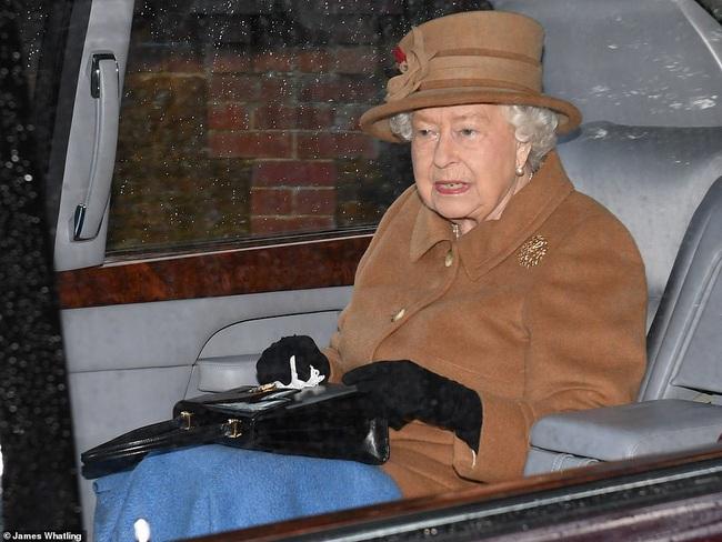 """Trước cuộc họp """"sống còn"""" của nhà Meghan Markle, Nữ hoàng xuất hiện với vẻ mệt mỏi, lộ dấu hiệu bất thường cho thấy bà bị suy sụp như thế nào - Ảnh 2."""
