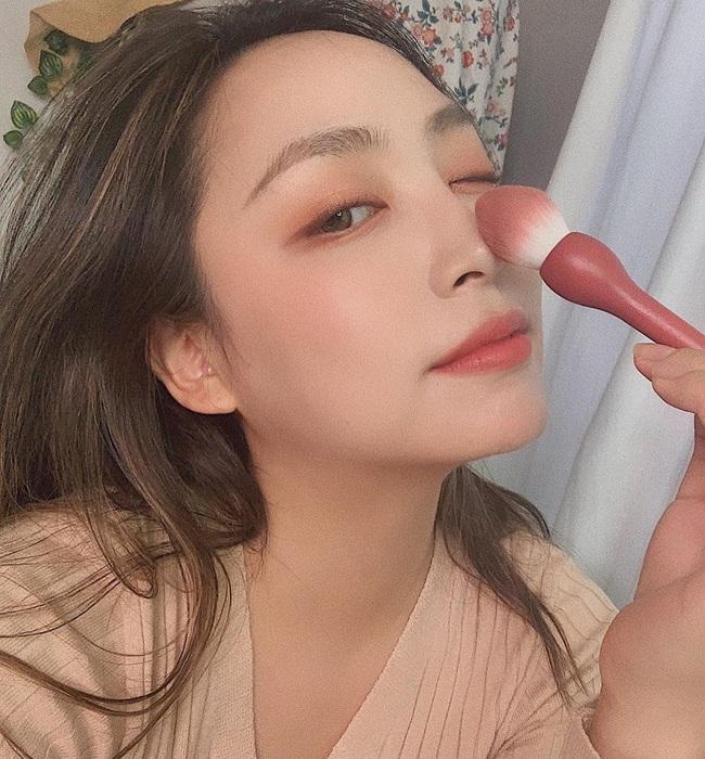 """3 sản phẩm makeup dễ """"phá hoại"""" nhan sắc của bạn ngày Tết, khiến da đã khô lại càng thêm bong tróc héo mòn - Ảnh 3."""