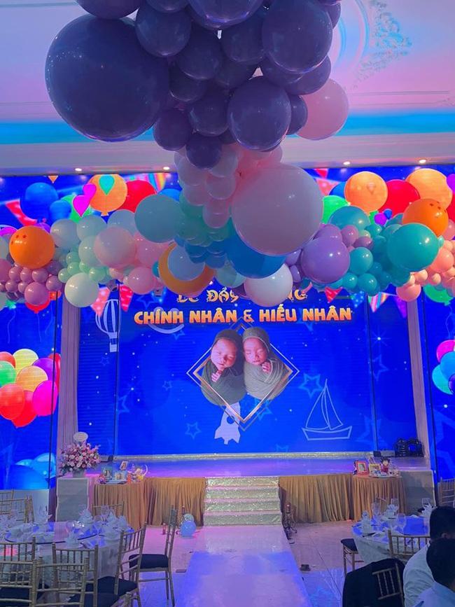 Vợ chồng MC Thành Trung làm tiệc đầy tháng hoành tráng đúng chất rich kid cho 2 con trai, lần đầu tiết lộ tên thật cặp sinh đôi - Ảnh 5.