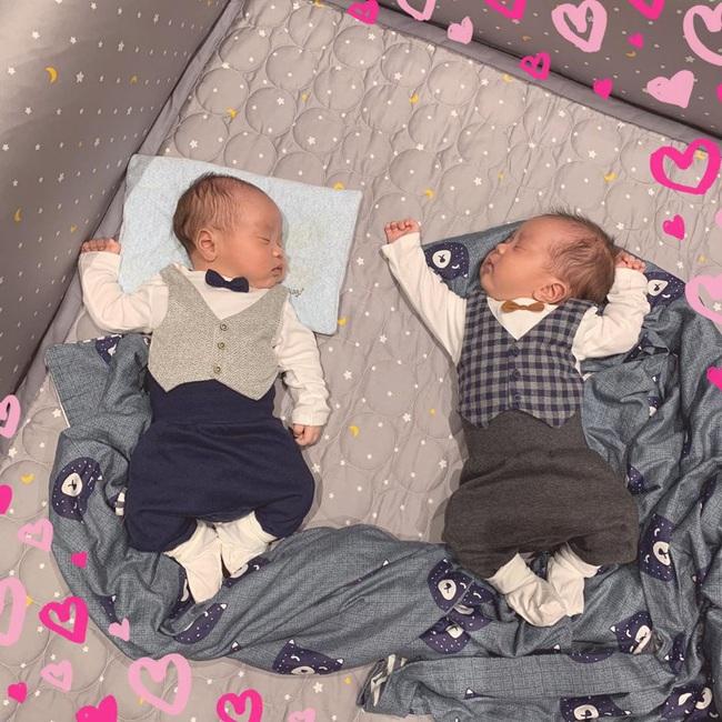 Vợ chồng MC Thành Trung làm tiệc đầy tháng hoành tráng đúng chất rich kid cho 2 con trai, lần đầu tiết lộ tên thật cặp sinh đôi - Ảnh 1.