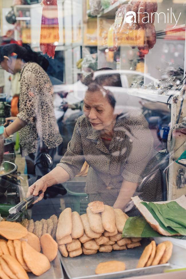 Tiệm giò chả 200 năm tuổi, cứ Tết đến lại xếp hàng như thời bao cấp trên phố Hàng Bông và triết lý kinh doanh lạ: Không cần con nối nghiệp - Ảnh 11.