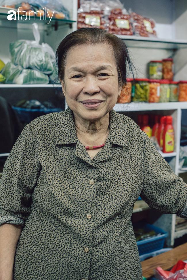 Tiệm giò chả 200 năm tuổi, cứ Tết đến lại xếp hàng như thời bao cấp trên phố Hàng Bông và triết lý kinh doanh lạ: Không cần con nối nghiệp - Ảnh 10.