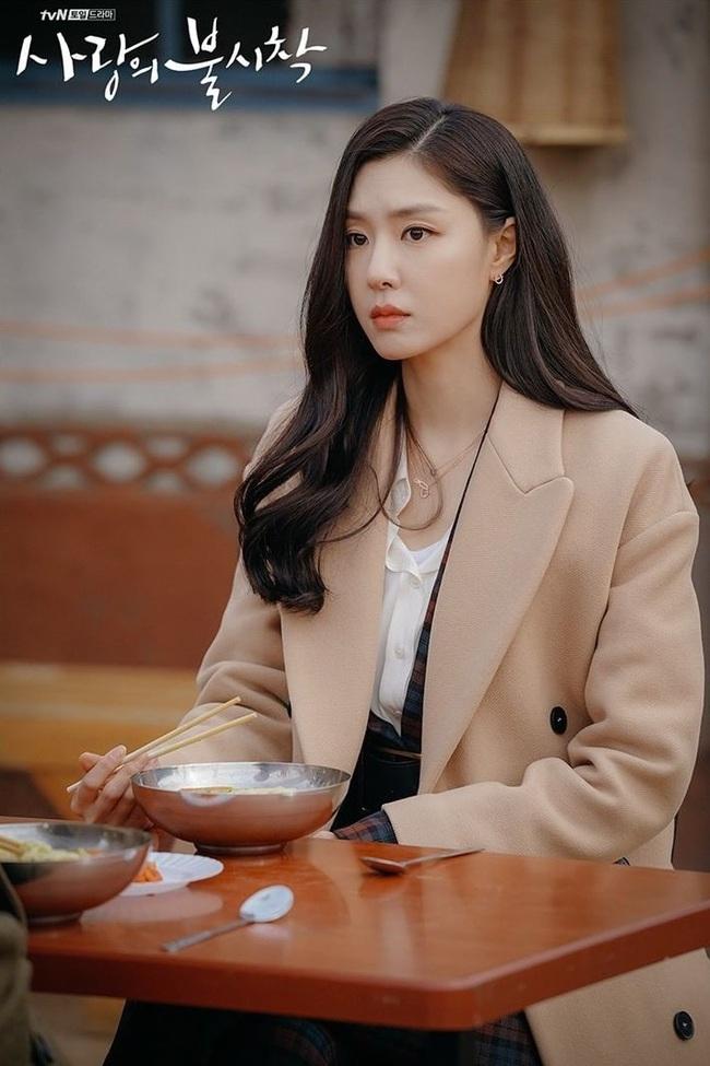 """""""Vợ sắp cưới"""" của Hyun Bin có một tuyệt chiêu làm điệu cho tóc giúp thu gọn mặt, độ sang chảnh tăng tột bậc - Ảnh 1."""