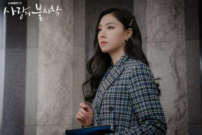 """""""Vợ sắp cưới"""" của Hyun Bin có một tuyệt chiêu làm điệu cho tóc giúp thu gọn mặt, độ sang chảnh tăng tột bậc - Ảnh 5."""
