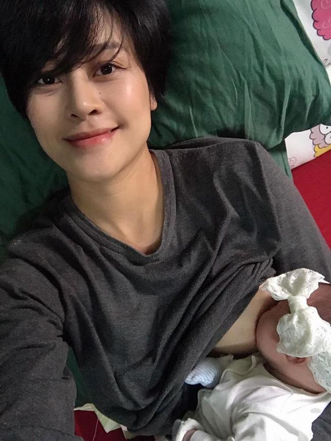 """MC Phí Linh khoe ảnh cho con bú, nhan sắc mộc """"cực phẩm"""" của mẹ bỉm sữa khiến dân tình chú ý"""