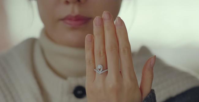 Khôn như Son Ye Jin: Cầm cố nhẫn Chaumet được trả có 2.8 triệu tiền mặt, không sao, chị sẽ đổi lấy đồng hồ 300 triệu tặng Hyun Bin - Ảnh 1.