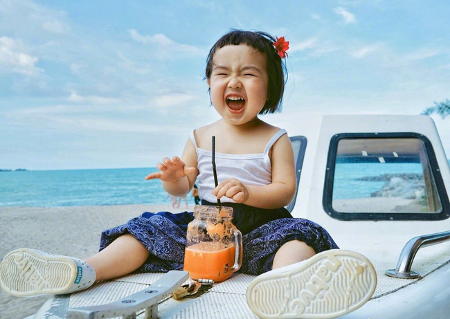 """Cô bé cứ thấy đồ ăn là cười tít mắt, có thể """"ăn cả thế giới"""" không thừa mứa tí gì khiến các mẹ xuýt xoa mãi - Ảnh 5."""