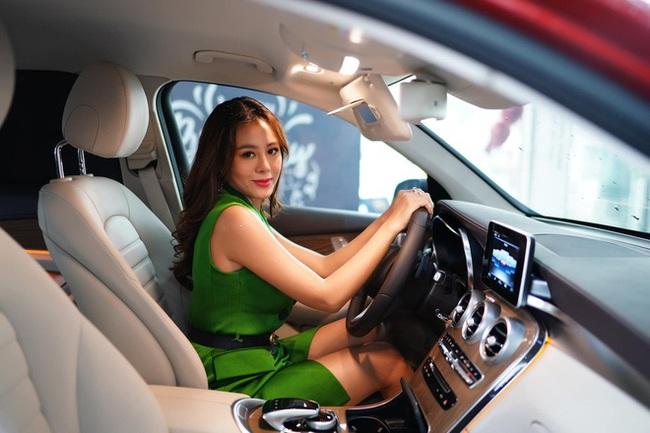 """""""Lạ lùng"""" như Nam Thư: Bật khóc vì không có tiền tiêu Tết nhưng lại vừa mua xe hơi bạc tỷ - Ảnh 3."""