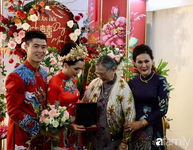 Duy Mạnh hớn hở đến đón cô dâu Quỳnh Anh, thay 2 bộ áo dài đến đón nàng hot girl xinh đẹp lộng lẫy - Ảnh 1.