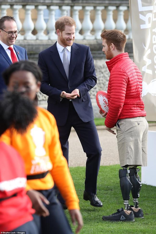 Hoàng tử Harry lần đầu xuất hiện sau khi tuyên bố rời hoàng gia với vẻ mặt bất thường và phớt lờ truyền thông - Ảnh 3.