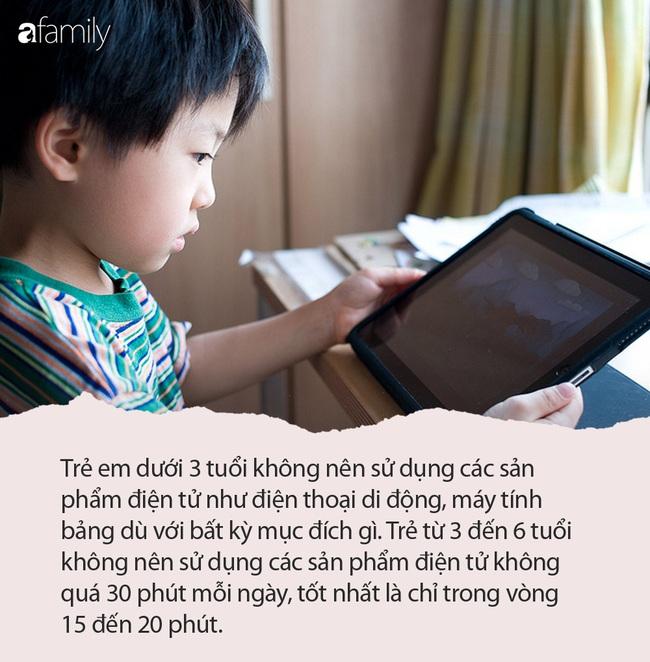 Dành mỗi ngày 6 giờ xem máy tính bảng, bé trai 5 tuổi bị cận nặng 10 độ - Ảnh 3.