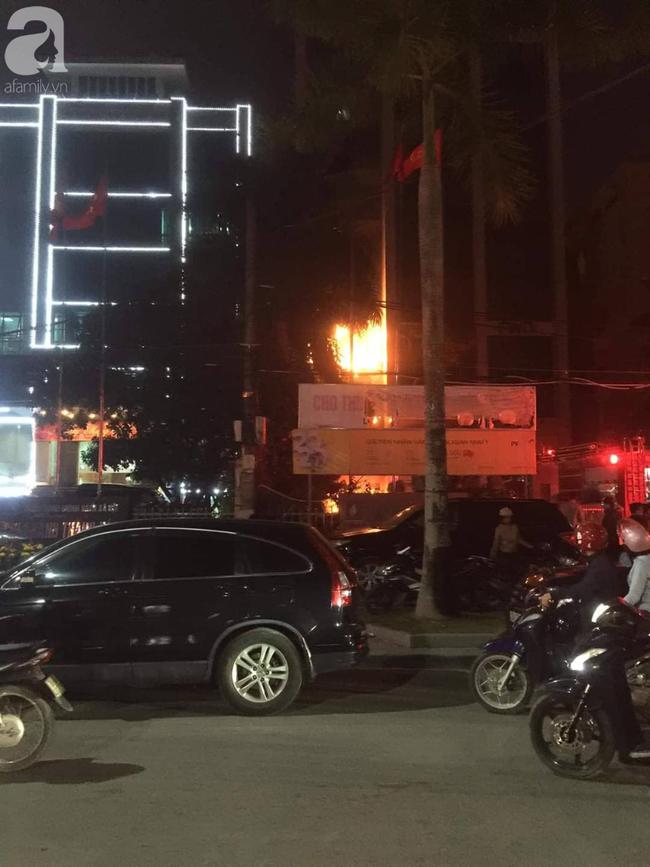 Thanh Hóa: Nhiều người kêu cứu trong đám cháy tại tòa nhà dầu khí  - Ảnh 1.