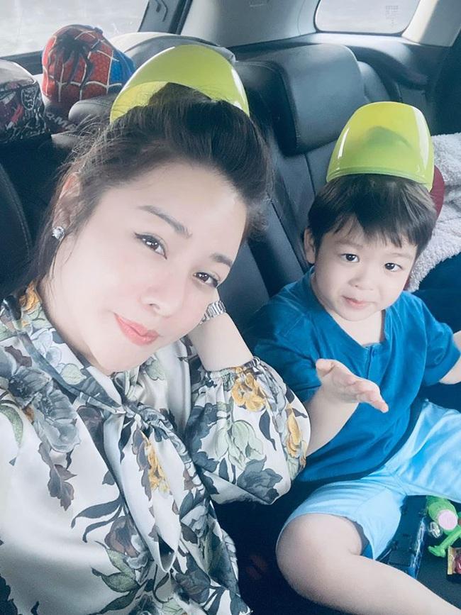 Nhật Kim Anh vui vẻ bên con trai giữa lúc đang kiện tụng với chồng cũ - Ảnh 2.
