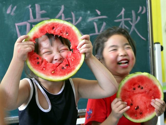 Nền giáo dục mẫu giáo khắc nghiệt ở Trung Quốc: Bố mẹ vạ vật trước cổng trường để đăng ký học cho con, giáo viên được quyền tát học sinh - Ảnh 2.