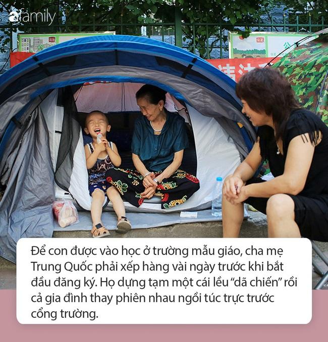 Nền giáo dục mẫu giáo khắc nghiệt ở Trung Quốc: Bố mẹ vạ vật trước cổng trường để đăng ký học cho con, giáo viên được quyền tát học sinh - Ảnh 4.