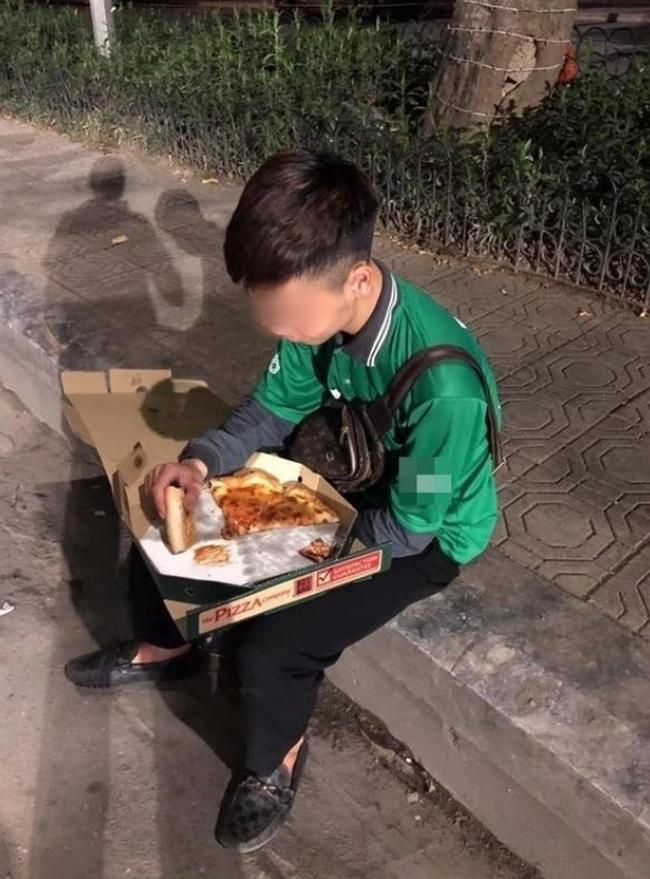 Hình ảnh chàng shipper vừa ăn pizza vừa khóc trong những ngày cuối năm khiến dân mạng vừa xót xa vừa phẫn nộ - Ảnh 1.