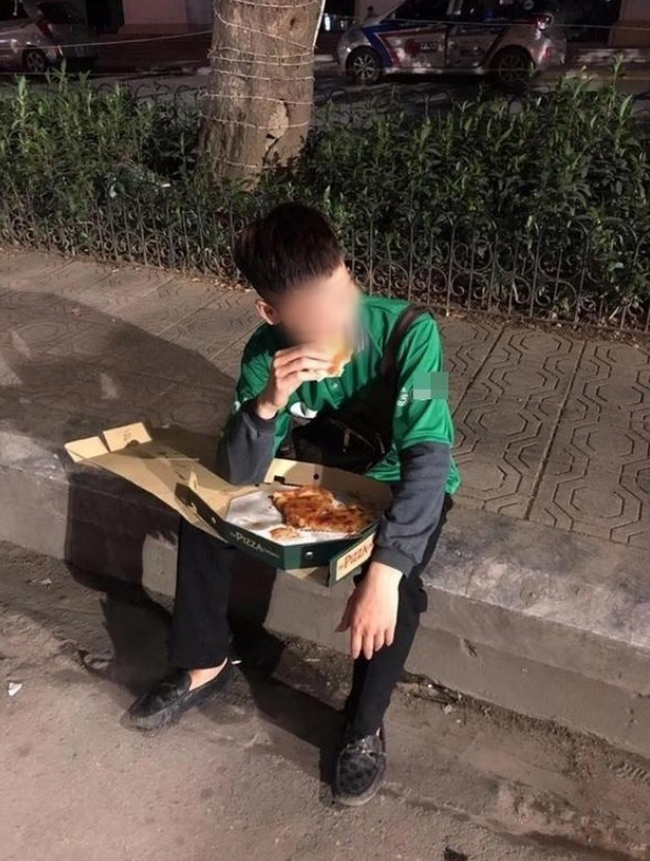 Hình ảnh chàng shipper vừa ăn pizza vừa khóc trong những ngày cuối năm khiến dân mạng vừa xót xa vừa phẫn nộ - Ảnh 2.