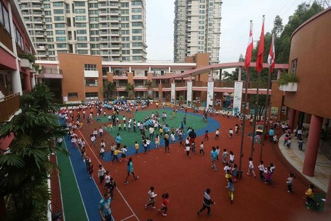 Nền giáo dục mẫu giáo khắc nghiệt ở Trung Quốc: Bố mẹ vạ vật trước cổng trường để đăng ký học cho con, giáo viên được quyền tát học sinh - Ảnh 11.