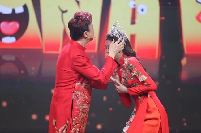 Hoa hậu Hoàn vũ Khánh Vân lần đầu mang vương miện tiền tỷ đầy kim cương lên sân khấu - Ảnh 2.