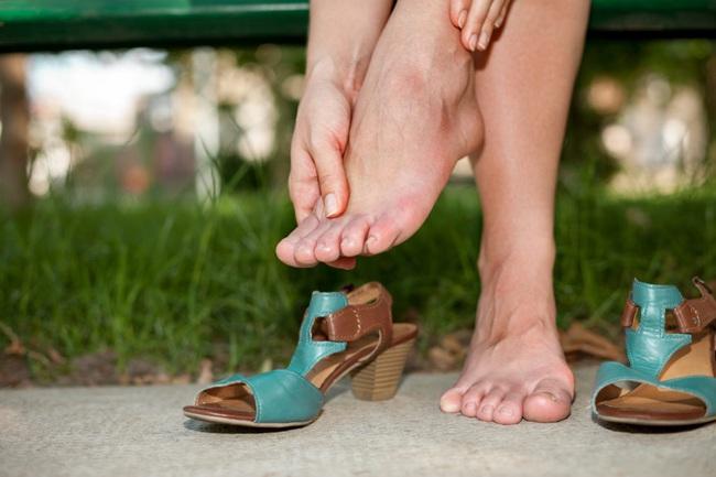 """Giày cao gót chị em mê mẩn không chỉ hại bàn chân mà còn là """"chất độc"""" phá hỏng 3 bộ phận này trước khi kịp nhận ra - Ảnh 1."""
