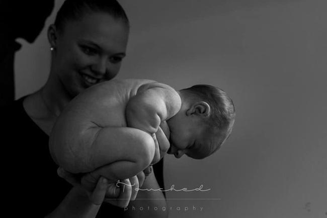 """Bất ngờ với bộ ảnh chụp tư thế bé sơ sinh chào đời """"lọt thỏm"""" tạo dáng y như còn nằm trong bụng mẹ - Ảnh 14."""