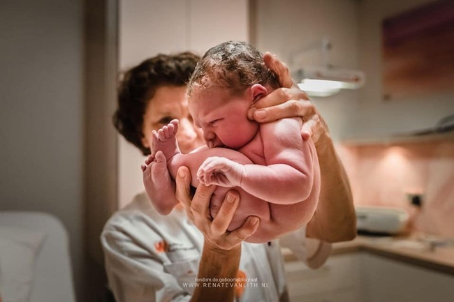 """Bất ngờ với bộ ảnh chụp tư thế bé sơ sinh chào đời """"lọt thỏm"""" tạo dáng y như còn nằm trong bụng mẹ - Ảnh 22."""