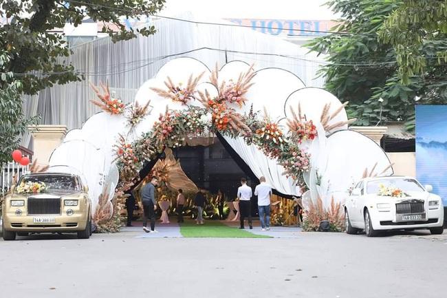 """Dân mạng truyền tay hình ảnh được cho là của cô dâu chú rể trong """"siêu đám cưới"""" tại Quảng Ninh, mẹ chồng chia sẻ con dâu là người Sài Gòn - Ảnh 1."""