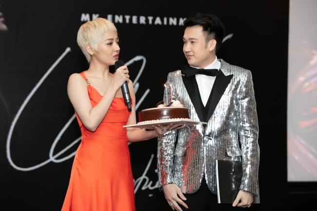 Bảo Anh khoe tóc trắng cá tính, diện váy gợi cảm đến chúc mừng Dương Triệu Vũ - Ảnh 9.