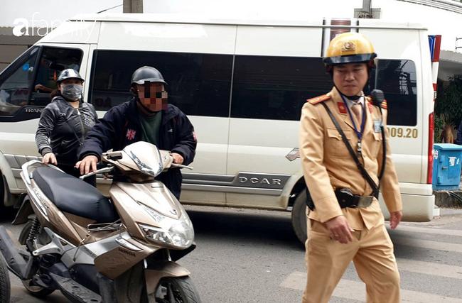 CSGT kiểm tra nồng độ cồn đối với người tham gia giao thông bằng xe mô tô