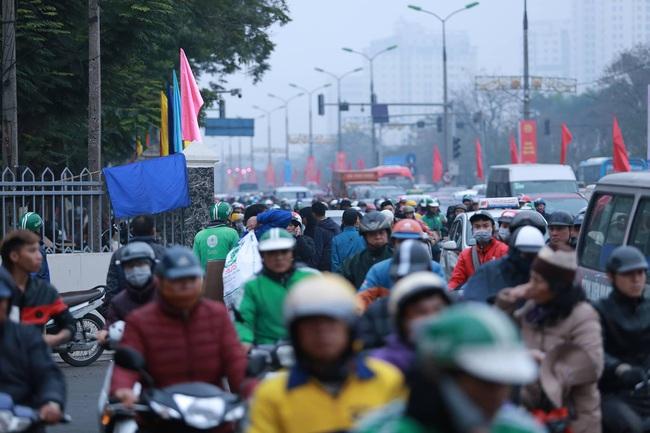 26 Tết nhiều người dân tay xách nách mang chờ đợi ở bến xe, đường phố Hà Nội vẫn tắc nghẽn  - Ảnh 10.