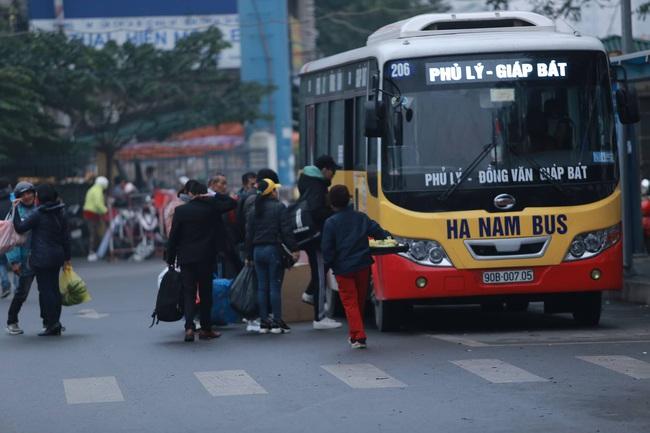 26 Tết nhiều người dân tay xách nách mang chờ đợi ở bến xe, đường phố Hà Nội vẫn tắc nghẽn  - Ảnh 11.