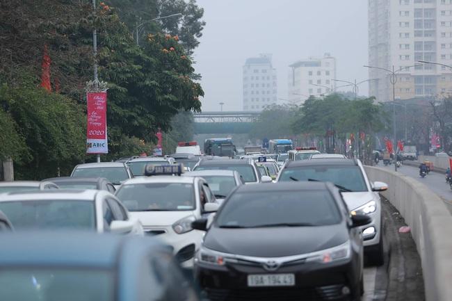 26 Tết nhiều người dân tay xách nách mang chờ đợi ở bến xe, đường phố Hà Nội vẫn tắc nghẽn  - Ảnh 8.