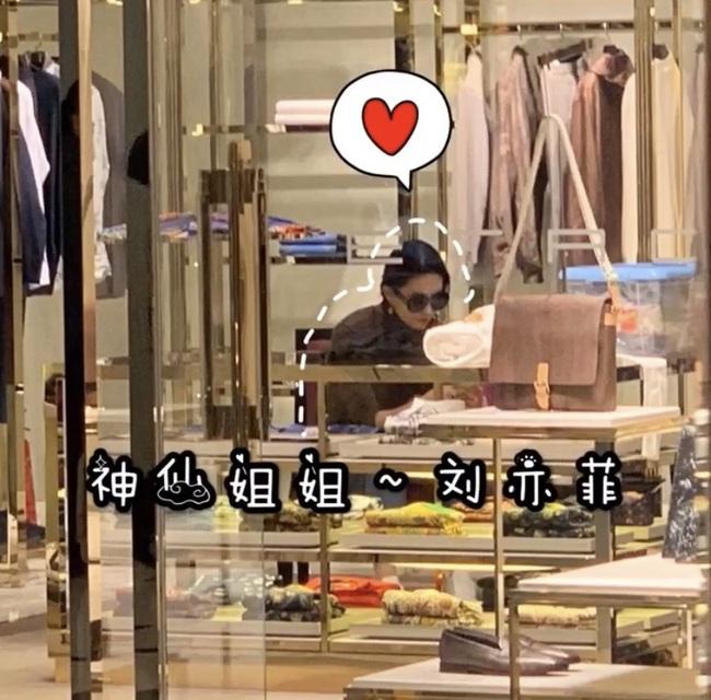 Lưu Diệc Phi lộ thân hình kém thon khi đi mua sắm - Ảnh 1.