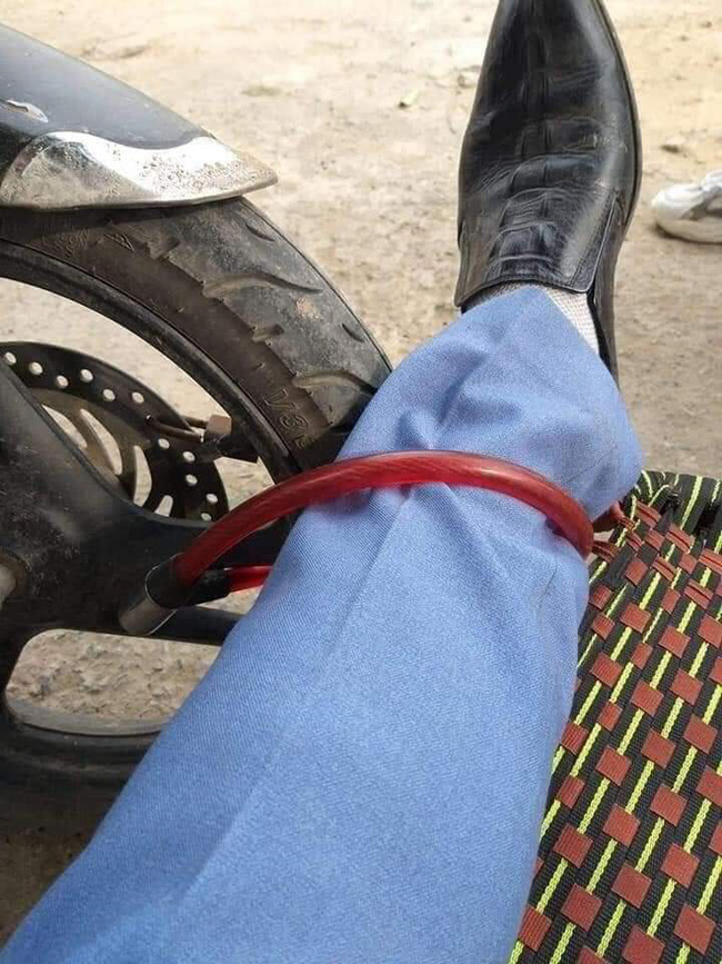Người đàn ông nằm vật giữa cửa hàng cây cảnh, khóa bánh xe vào chân - Ảnh 2.