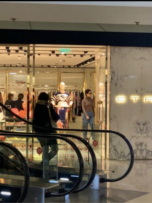 Lưu Diệc Phi lộ thân hình kém thon khi đi mua sắm - Ảnh 5.