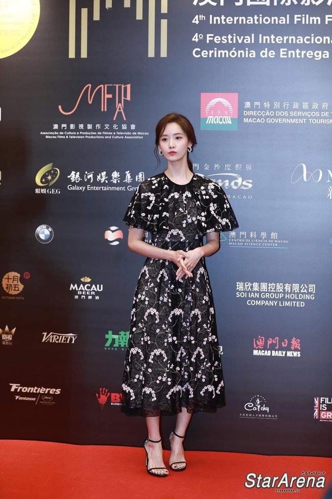 Bà xã Lee Byung Hun chụp ảnh thiếu sáng mà vẫn đẹp ngang ngửa Yoona, Son Ye Jin khi đụng váy - Ảnh 2.