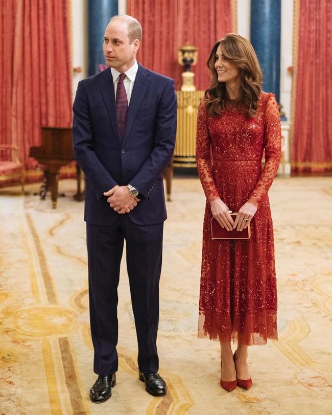 Công nương Kate quá lộng lẫy mà không chói lòa trong bộ cánh tuyền màu đỏ, trở thành nguồn cảm hứng mặc đẹp hoàn hảo cho chị em Tết này - Ảnh 2.