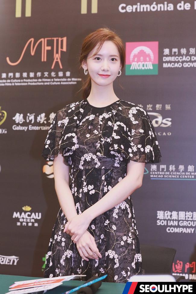 Bà xã Lee Byung Hun chụp ảnh thiếu sáng mà vẫn đẹp ngang ngửa Yoona, Son Ye Jin khi đụng váy - Ảnh 4.