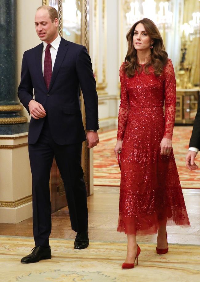 Công nương Kate quá lộng lẫy mà không chói lòa trong bộ cánh tuyền màu đỏ, trở thành nguồn cảm hứng mặc đẹp hoàn hảo cho chị em Tết này - Ảnh 1.