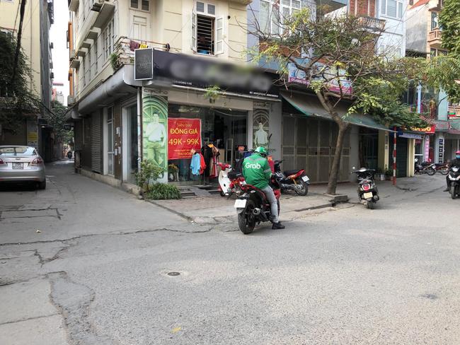 Phi xe cán nát sọt hoa quả của người bán hàng rong vì trót để hàng trên vỉa hè gần cửa hàng của mình, chủ shop còn thái tỏ thái độ hách dịch - Ảnh 3.