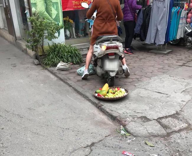 Phi xe cán nát sọt hoa quả của người bán hàng rong vì trót để hàng trên vỉa hè gần cửa hàng của mình, chủ shop còn thái tỏ thái độ hách dịch - Ảnh 2.